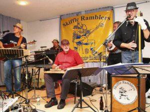 """Fast wie """"Dieburg '79"""" (so heißt eine ihrer Hymnen): Seit über 30 Jahren spielen die """"Skiffle Ramblers"""" die Songs ihrer Jugend."""