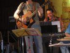 Heinz-J. Schmieder spielt Gitarre